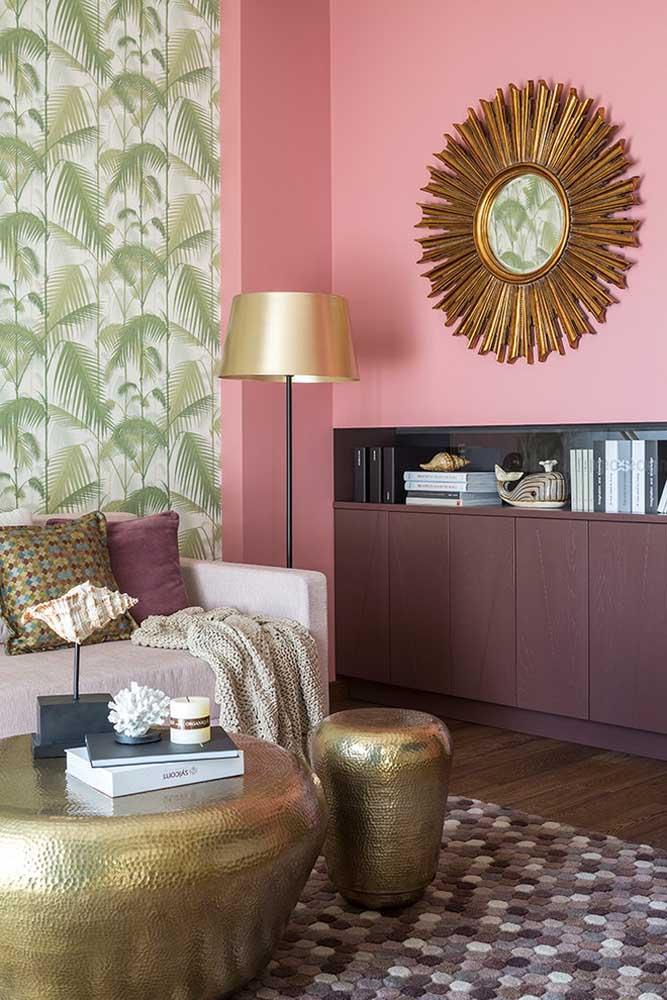 Sur le mur a été utilisée la couleur rose plus douce qui fait une combinaison parfaite avec les meubles de la pièce et l'élément décoratif.
